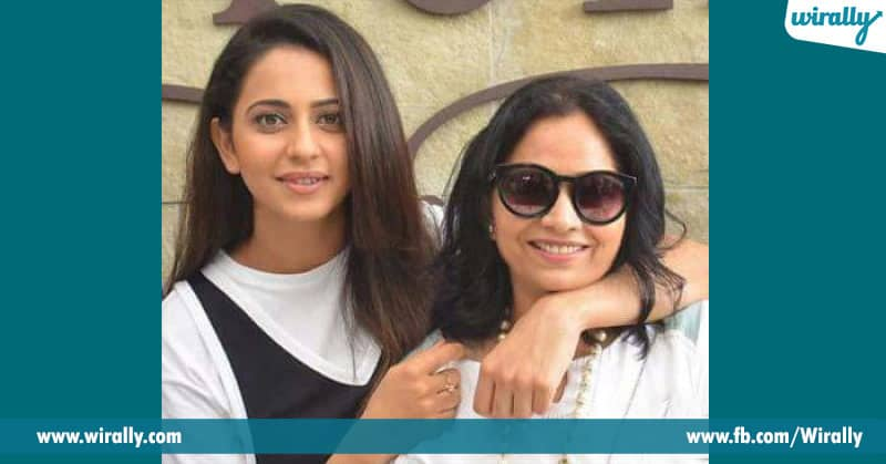 rakul preet singh with his mother