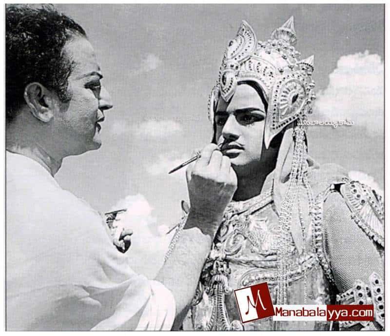 10. Sr NTR adjusting makeup of Balayya on Movie sets