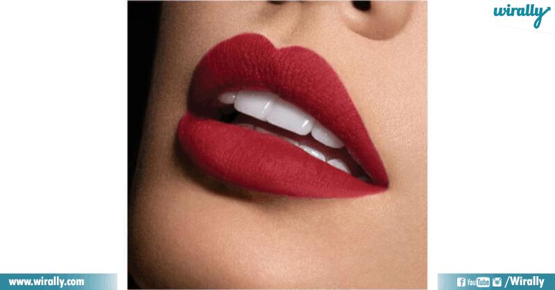 apply a lipstick