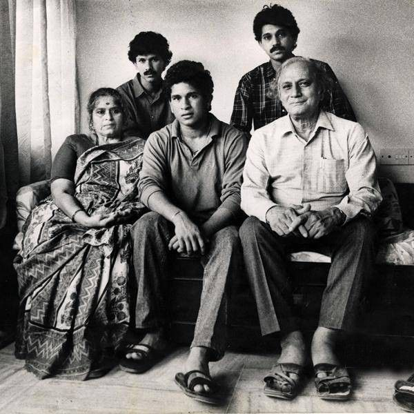 17. Rare Pic Of Sachin Tendiulkar With His Parents And Brothers