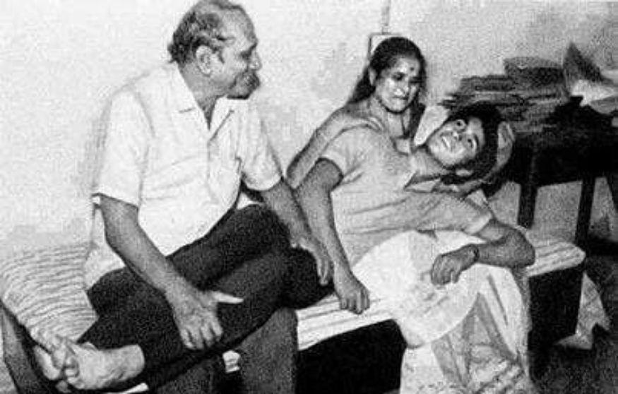 5. Sachin Rare Childhood Pic With His Parents