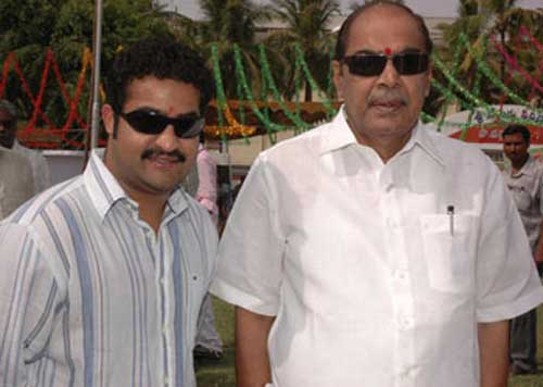 21. Jr. Ntr Rare Pic With Movie Moghal Ramanaidu