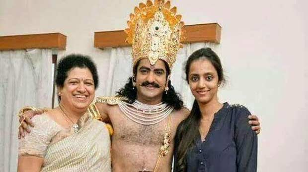 26. Jr. Ntr Rare Pic With His Mother Shalini And Wife Lakshmi Pranathi